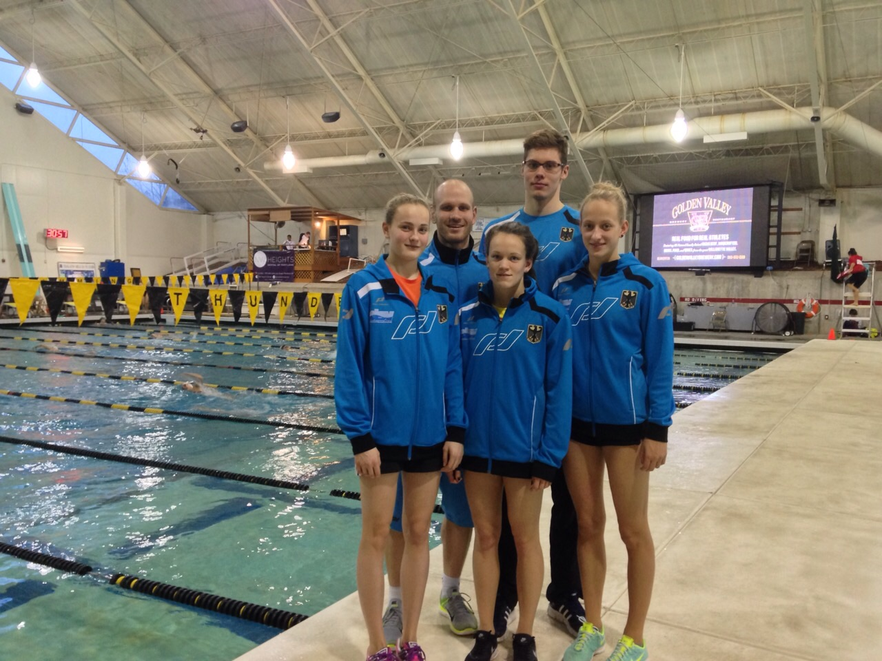 v.l.n.r.: Laura Riedemann, Marian Bobe (Trainer), Julia Willers, David Thomasberger, Mandy Feldbinder beim Schwimmmeeting in Portland